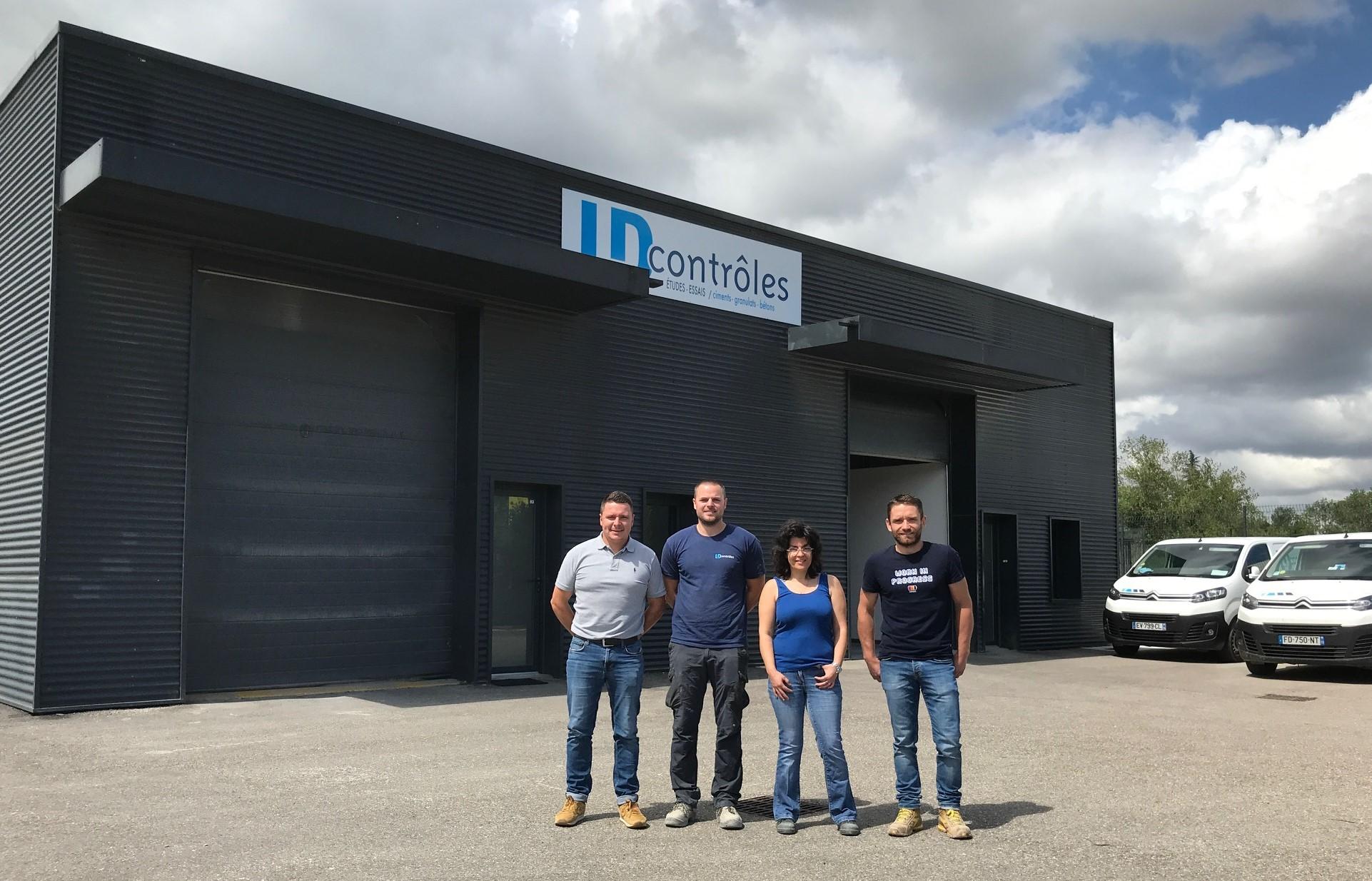 De gauche à droite : Benjamin GARNIER (Directeur Région Rhône Alpes PACA), Anthony DE SOUSA (Technicien de Laboratoire), Céline LESPOUR (Technicienne de Laboratoire) et Florian JOLY (Responsable Laboratoire de Lyon).